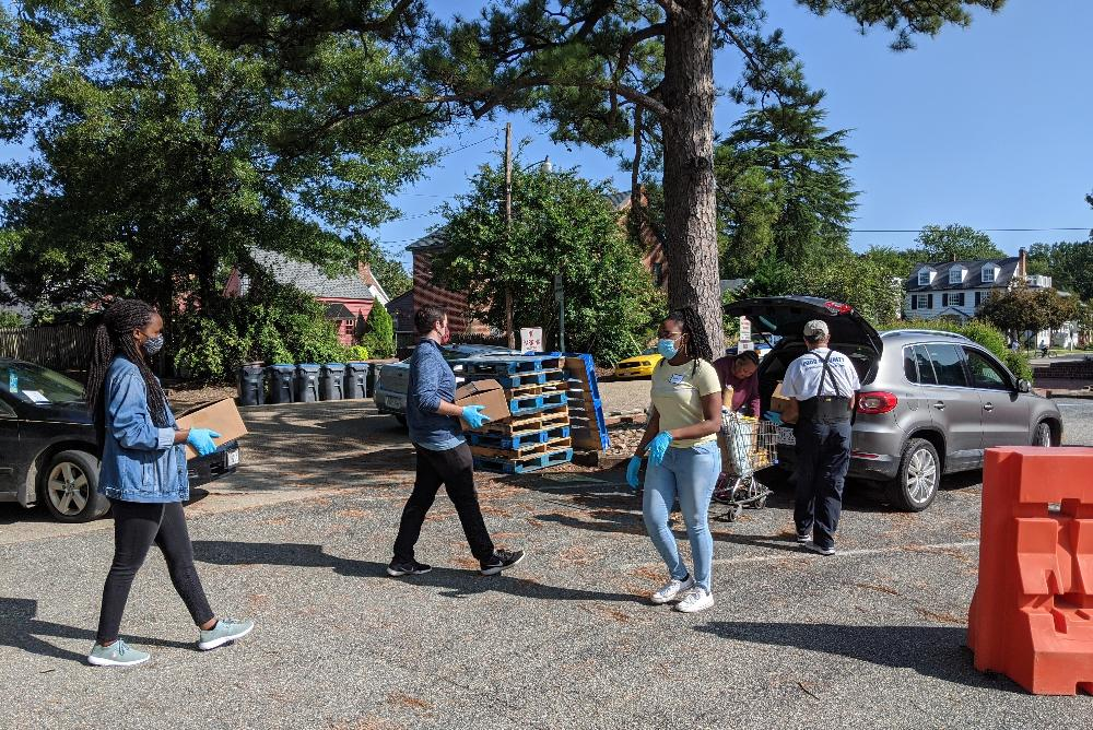 Williamsburg Engagement/WE students loading food into cars for those in need at the House of Mercy