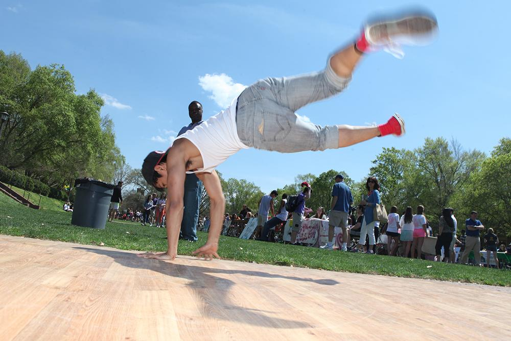 students, outdoors, outside, people, dfas, day for admitted students, breakdancing, sunken garden, f